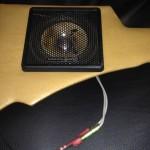 Detta är ett originaltillbehör, och även om själva högtalaren ser eftermonterad ut är den inte det.