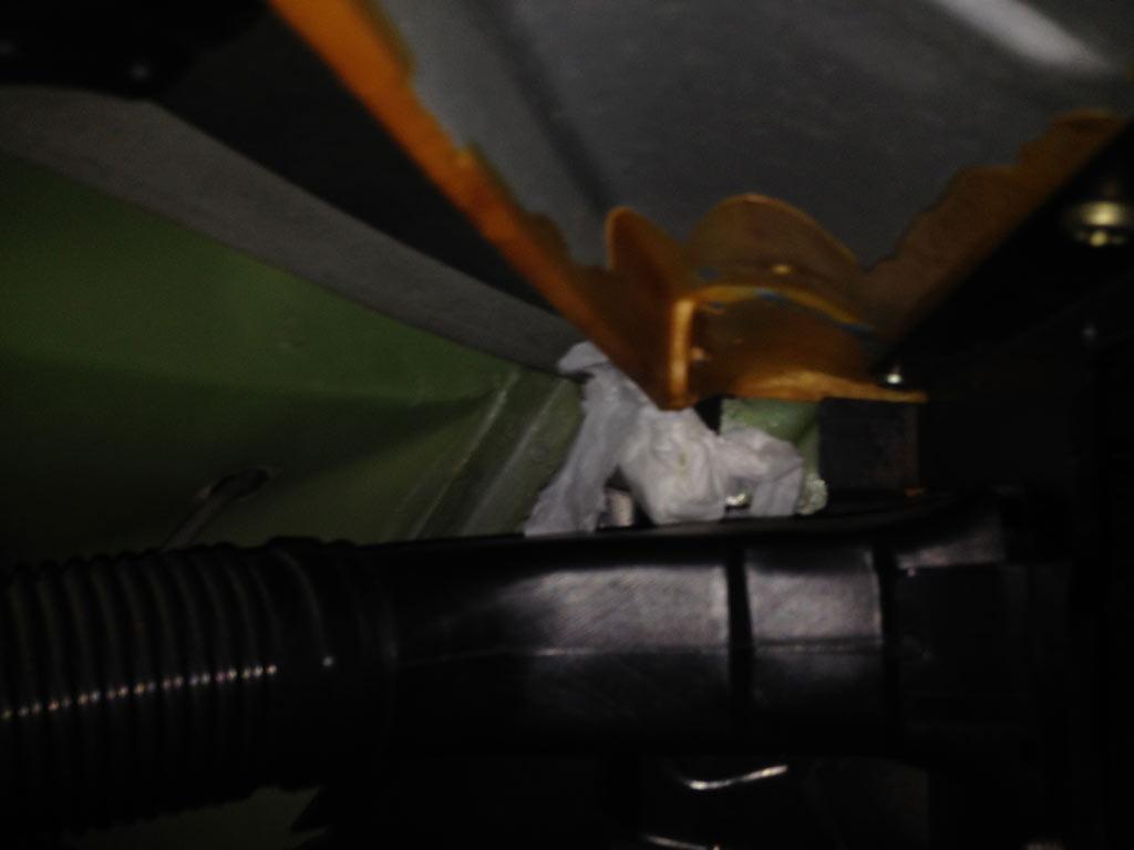 En bit papper på passagerarsidan ovanför elektronikboxarna för att kontrollera om det fortsätter läcka.